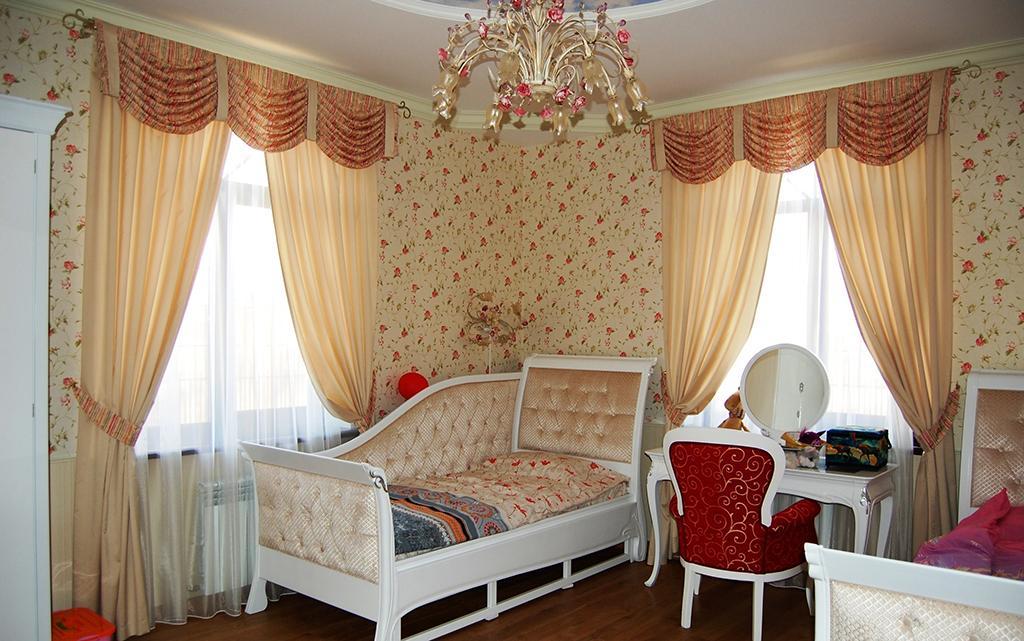 Классические шторы с ламбрекеном в спальню