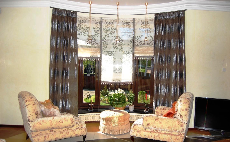 Римские шторы в гостиную с эркером